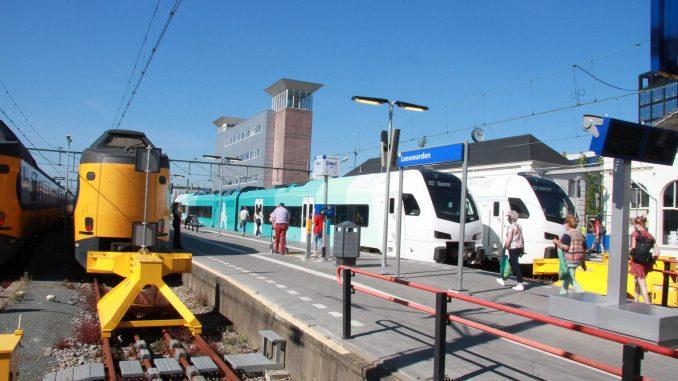 WINK-stellen van Arriva in Leeuwarden klaar voor vertrek, links de intercity naar Den Haag