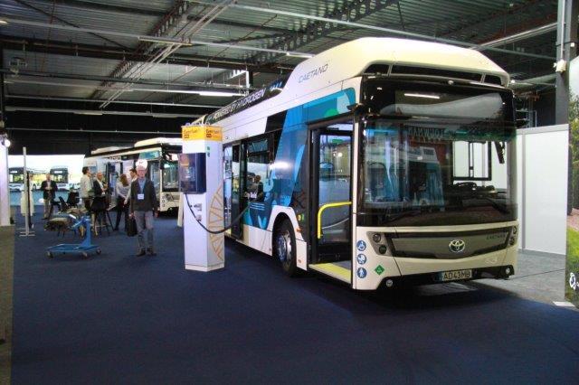 Elektrische bus bij een laadpaal